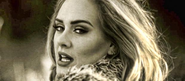 "Adele en el videoclip de su single ""Hello"""