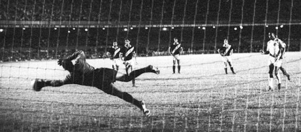 Pele lanzando el mitico penalti