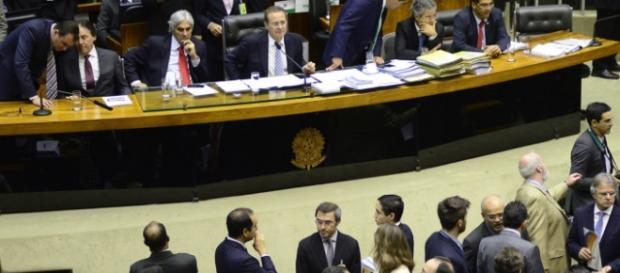 Políticos em mais uma plenária