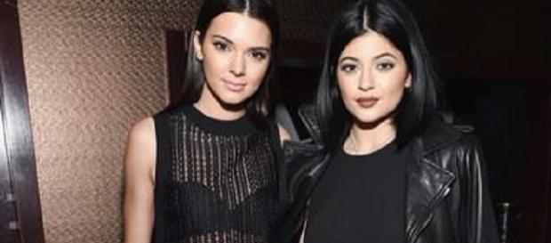 Kendall und Kylie Jenner im Glück