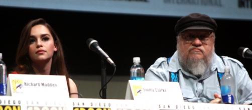 George R.R. Martin junto a Emilia Clarke