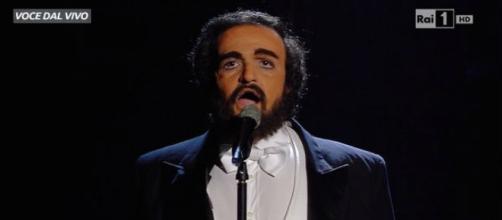 Valerio Scanu mentre imita Pavarotti