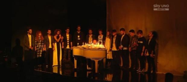 """I concorrenti durante l'esecuzione di """"Imagine"""""""
