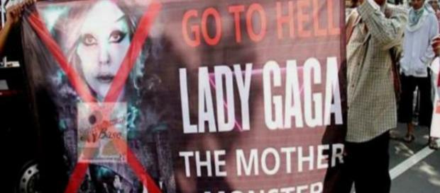 Una manifestazione contro Lady Gaga