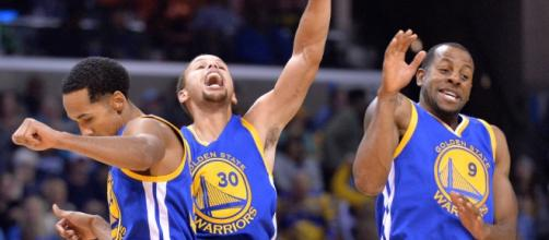 Los Warriors celebran un triunfo esta temporada