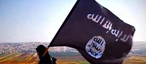 Militante de Daesh portando la bandera