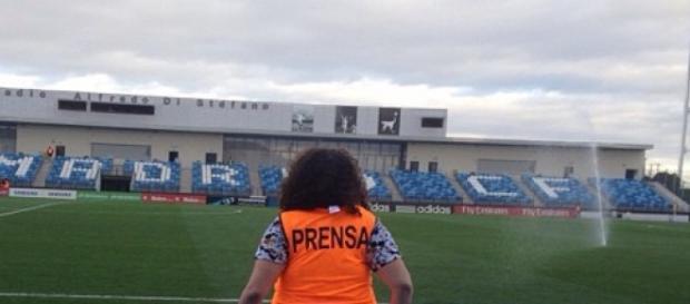 Periodista deportiva en un partido (Sonia Malek)