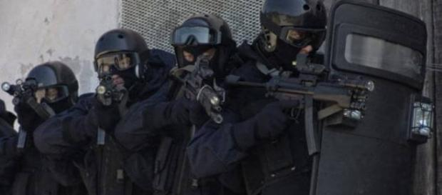 Polizia e Carabinieri con armi e giubbotti scaduti