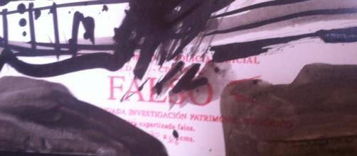 """Detalle: sello de """"FALSO"""" en un obra falsificada"""