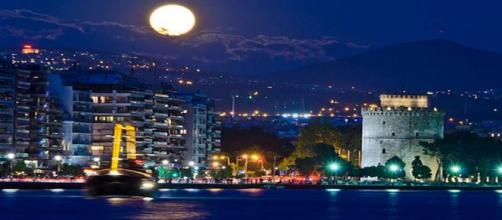 Lua cheia em Tessalônica na Grécia