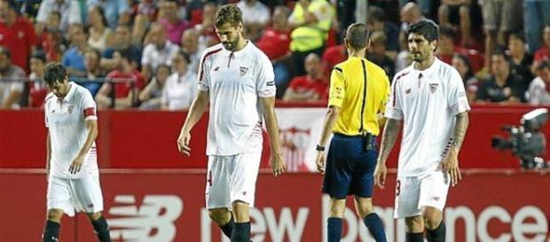 Jugadores del Sevilla cabizbajos tras la derrota.