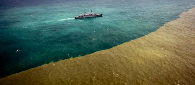 Lama de rejeitos muda a cor do mar