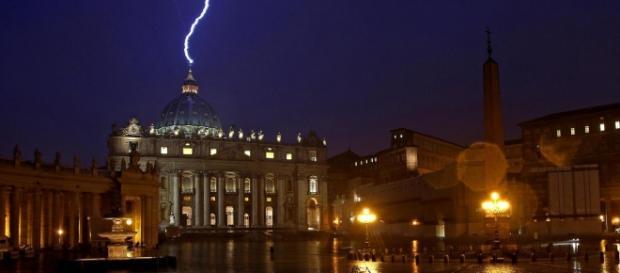 Fotografia del fulmine su San Pietro