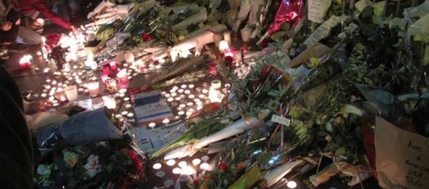 Migliaia di candele per le vittime del Bataclan