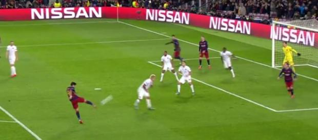 Volea en el segundo tanto de Suárez