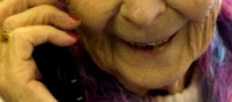 Una donna anziana parla al telefono