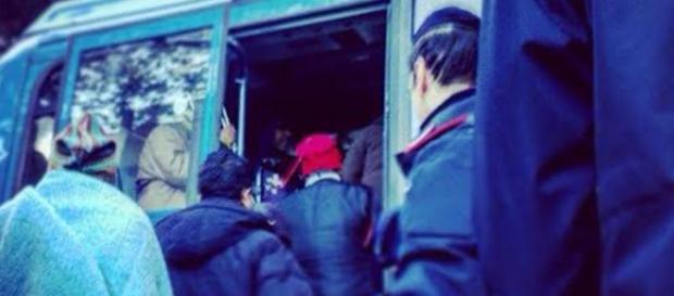 I migranti senza documenti vengono portati via
