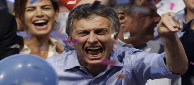Observado pela esposa, Macri comemora resultado