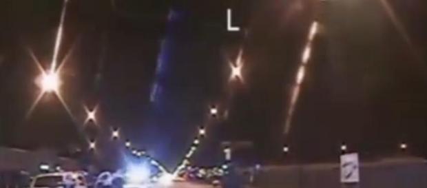 Video schock incastra agente, spara 16 colpi