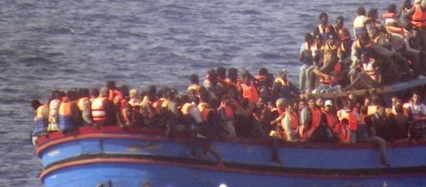 Barco levando imigrantes africanos para a Europa