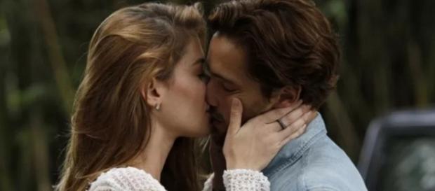 Lívia e Felipe tem relação íntima em casarão