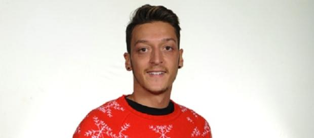 Mesut Özil mit dem Arsenal London Pullover