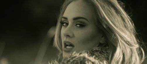 La cantante britannica Adele nel video di Hello.