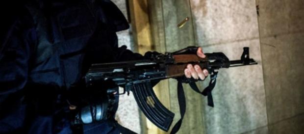 In foto di Kalashnikov AK 47 in mano ad un soldato