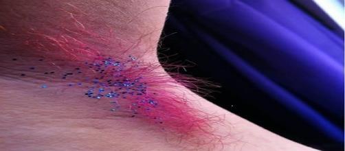 fotografia de axila teñida con purpurina