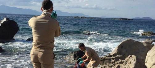 Il recupero del corpo di uno dei bambini annegati