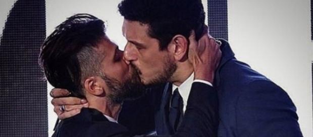 Jean Wyllys se convida para beijo a 3