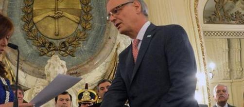 El ministro de Salud Daniel Gollán, jurando.