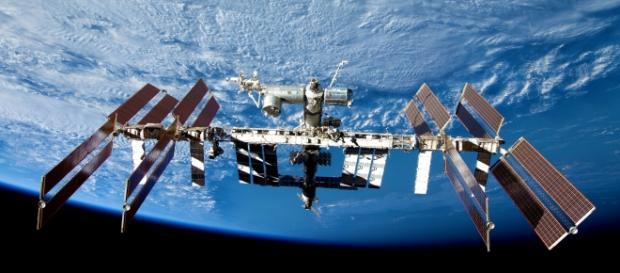 400 toneladas em órbita a 27000 km por hora