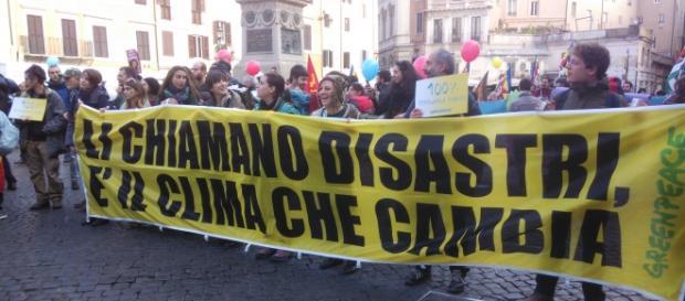 Alcuni attivisti di Greenpeace durante la marcia