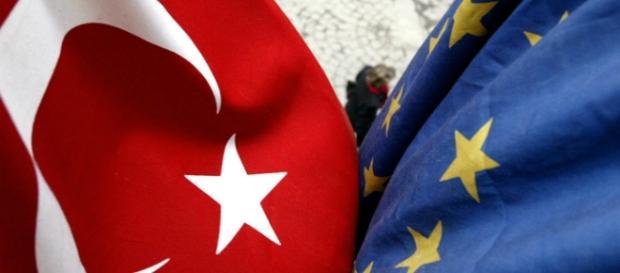 Bandiera turca e bandiera europea