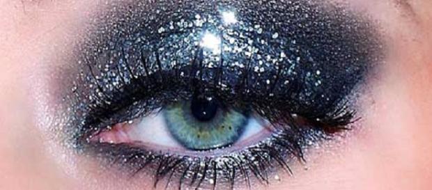 maquillaje con purpurina y brillantes