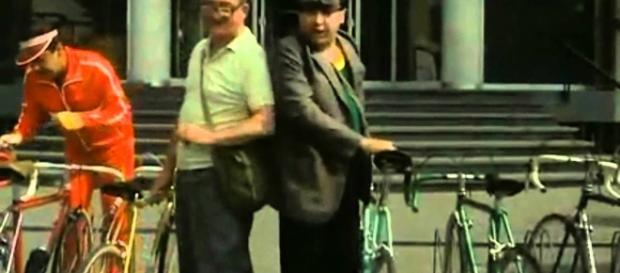 Una scena del film Fantozzi con bici