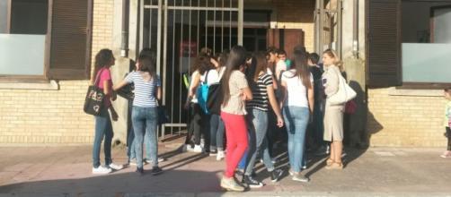 Allievi di fronte l'entrata di scuola