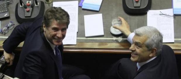 Boudou y Julián Dominguez miran a la cámara y ríen