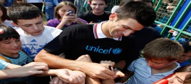 Embaixador da Unicef, Djokovic sorri com os fãs