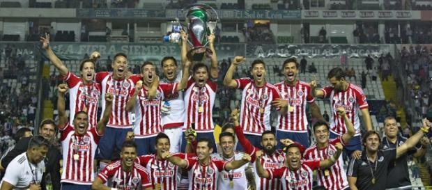 El capitán Omar Bravo levanta la Copa MX.