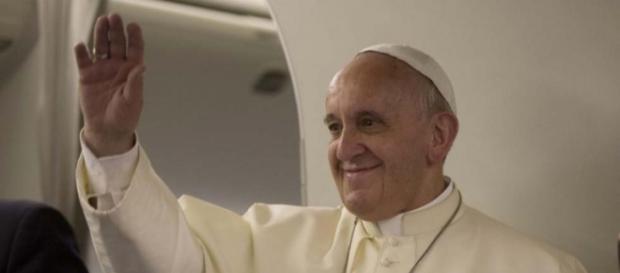 Papa Francesco in aereo durante un viaggio