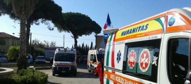 Le ambulanze parcheggiate dinanzi la scuola