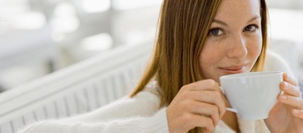 Mujer bebiendo una taza de té.