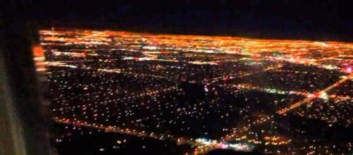 Imagen de un aeropuerto tomada de noche