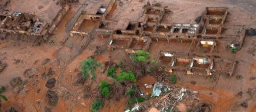 Rompimento de barragem em Minas provoca mortes.