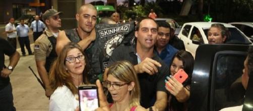 Skinhead próximo a policial e filho de Bolsonaro.