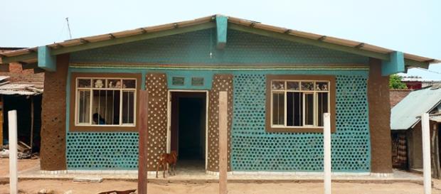 Casas hechas con botellas de plástico