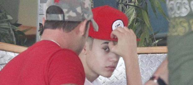 Justin Bieber derruba cadeira em restaurante