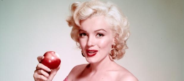Marilyn Monroe comiendo una manzana